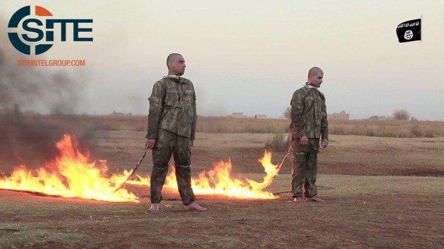 داعش در هنگام سوزاندن دو سرباز ترک: ترکیه را آتش بزنید همه را با چاقو تکه تکه کنید!